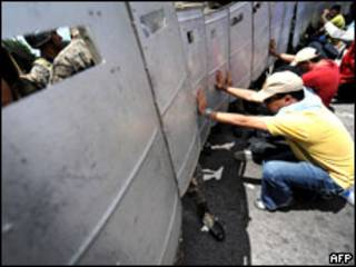متظاهرين من أنصار رئيس هوندوراس المخلوع (05/07/09)