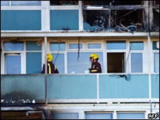 Bombeiros inspecionam um dos andares atingidos por incêndio