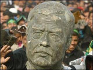 تمثال لصدام حسين