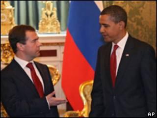 Os presidentes da Rússia, Dmitry Medvedev, e dos Estados Unidos, Barack Obama, durante encontro em Moscou, nesta segunda-feira (AP)