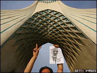 یک حامی موسوی در میدان آزادی