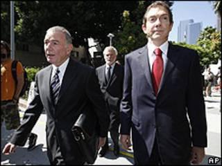 John Branca, derecha y  Howard Weitzman