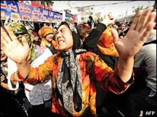 Mujer uigur protesta en la región china de Xinjiang