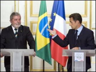 Lula e Sarkozy no Palácio do Eliseu (AP Photo/Gonzalo Fuentesl)