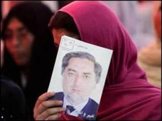 عکس دکتر عبدالله در دست یکی از هوادارانش