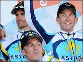 Lance Armstrong (derecha) celebrando junto a su equipo la victoria en la etapa del Tour de Francia, 7 julio 2009