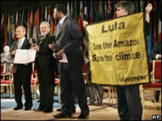 Ambientalistas protestam durante entrega de prêmio a Lula em Paris, nesta terça-feira (AP)