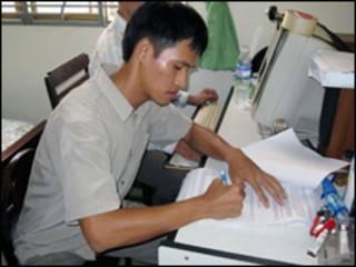 Nguyễn Tiến Trung ký vào biên bản khi bị bắt (ảnh của báo CAND)
