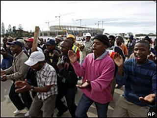 Grevistas em frente ao estádio Green Point, na Cidade do Cabo