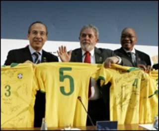 Lula distribuiu camisas da Seleção com autógrafos de jogadores