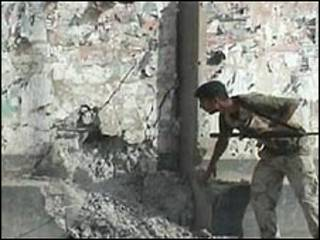 جندي عراقي يتفقد موقع احد الانفجارات