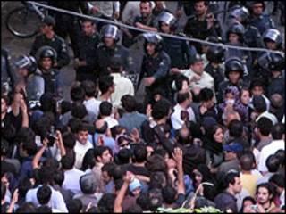 برخورد پلیس با تظاهرکنندگان پس از انتخابات