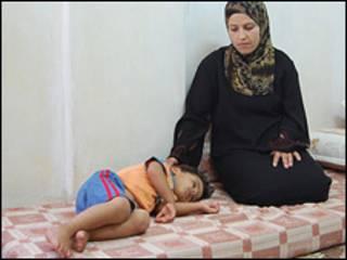 Madre palestina cuida a su hijo enfermo.