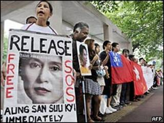 متظاهرون في طوكيو يطالبون بإطلاق سراح سو تشي