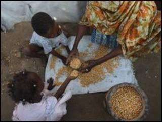 Gia đình Somalia nhận viện trợ lương thực, ảnh chụp ngày 28/6