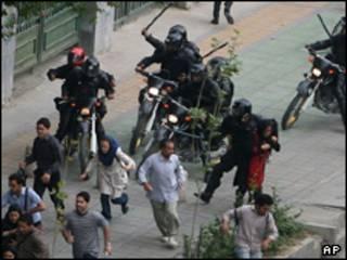 حمله پلیس به تظاهرکنندگان در برابر دانشگاه تهران