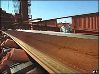 Correa transportadora de mineral ferroso