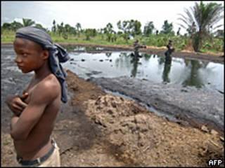 Pozo de petróleo abandonado en Nigeria