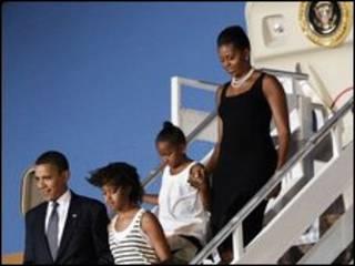 Obama e a famíila desembarcam em Gana. Foto: AP