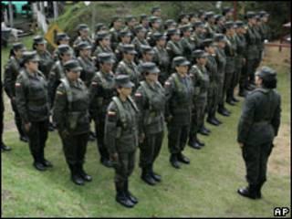 Grupo de mujeres graduadas como guardaespaldas en Colombia
