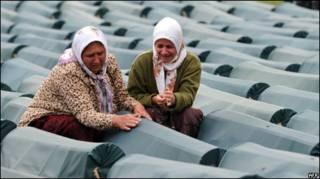 Mulheres em enterro em Srebrenica