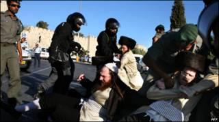 Policiais e manifestantes em Jerusalém