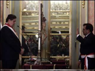 Alan García, presidente del Perú, toma juramento a Javier Velásquez, nuevo presidente del Consejo de Ministros.