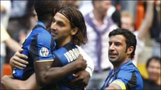 Ibrahimovic ăn mừng với các đồng đội (AP)