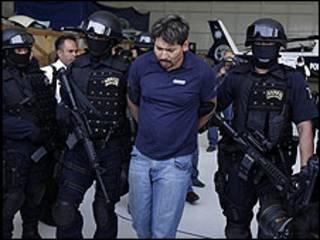 Arnoldo Rueda sendo preso