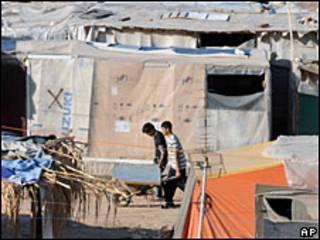 Inmigrantes en asentamiento provisorio en Patras