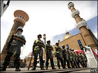 Policiais patrulham centro de Urumqi