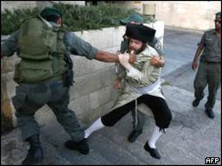 يهودي متدين يشتبك مع شرطي