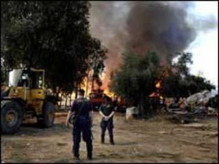 الشرطة اليونانية تراقب تدمير المعسكر