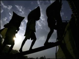 عمال هنود يحملون أكياس الأرز