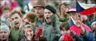 Người dân Czech ăn mừng chính phủ phi cộng sản lên cầm quyền hồi năm 1989