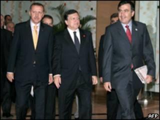 صورة تجمع بين مسؤولين في الاتحاد الأوروبي ورئيس وزراء تركيا