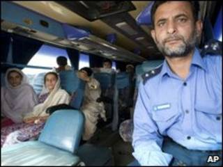 Ônibus com refugiados perto de Peshawar