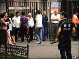 شرطي صيني في موقع الحادث (13/07/09)