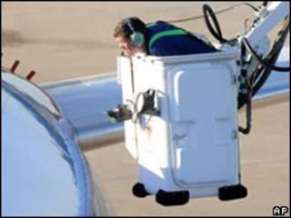 ماموران شرکت سات وست هواپیمای شرکت را بازرسی می کنند