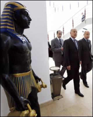 Ngoại trưởng Ai Cập Ahmed Abu el-Gheit cùng quan khách đến phòng họp.