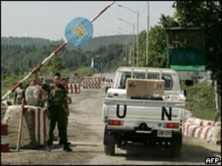 Автомобиль ООН выезжает за шлагбаум