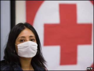 Mulher usa máscara para prevenção da gripe suína