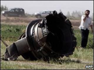 Một bộ phận của máy bay rơi