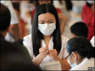 Enfermeira prepara injeção de vacina contra gripe comum nas Filipinas (arquivo)