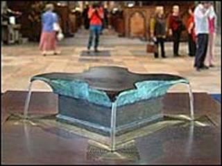 Fuente de agua bendita en la catedral de Salisbury