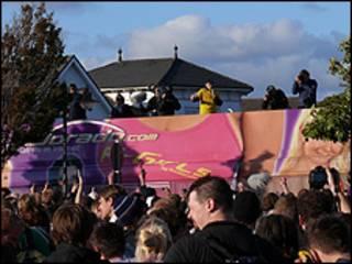 Christoph Stüber (de amarelo, em cima do carro de som) durante a festa (Foto: Polícia de Husum)