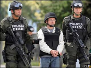 Gerardo Aguilar (centro) custodiado por soldados colombianos