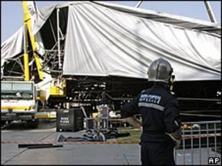 Escenario derrumbado del concierto que Madonna iba a ofrecer en Marsella, Francia, en julio de 2009.