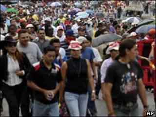 Seguidores del depuesto presidente de Honduras, Manuel Zelaya, marchan por una carretera.