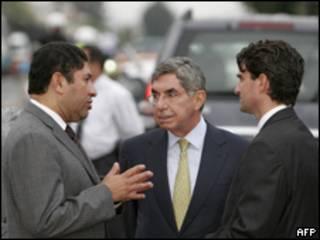 Oscar Arias, presidente de Costa Rica y representantes de las dos delegaciones de Honduras.